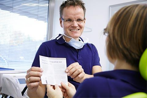 Zahnarzt Michael Paare bei der Implantatberatung